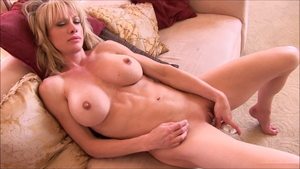 Muscle Raquel Sultra blonde flashing video