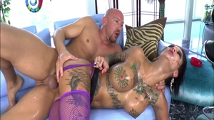 Squirting with tattooed pornstar Bonnie Rotten