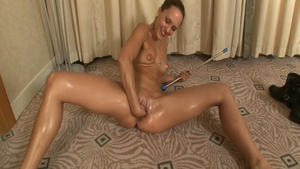 Tanned and very hawt babe pussy eating solo